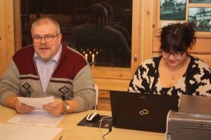 Kuvassa vasemmalla Utsjoen Perussuomalaiset ry:n puheenjohtajaksi edelleen valittu kunnanvaltuutettu Ismo Manninen vierellään paikallisyhdistyksen sihteeri Laura Reunanen.